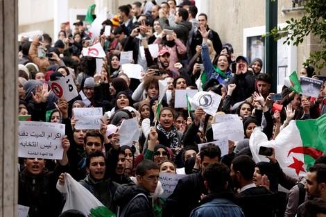 طلاب يحتجون في الجزائر قبيل ترشح بوتفليقة