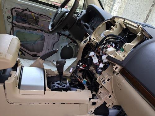 Nội ngoại thất dàn siêu xe bị cậy bóc nham nhở