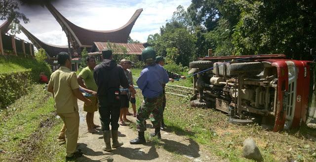 Astaga, Truk Bambu Untuk Acara Rambu Solo' Terbalik di Sesean