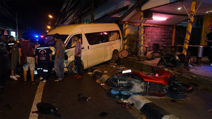 Микроавтобус и скутер после ночного происшествия
