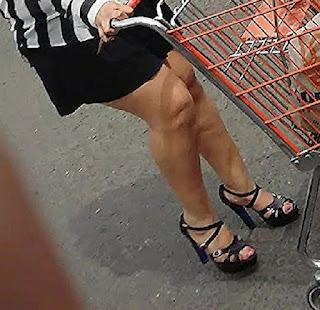 Madura guapa mini falda piernas gruesas