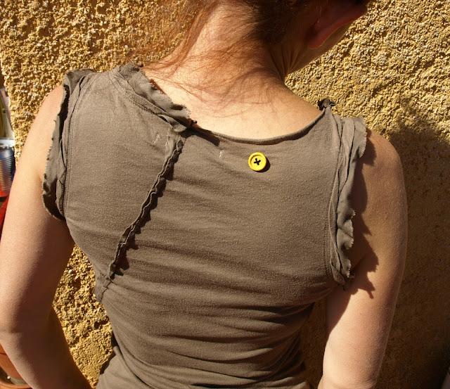 Κλείνουμε-τρυπούλες-σε-μπλούζες-χρησιμοποιώντας-κουμπιά!