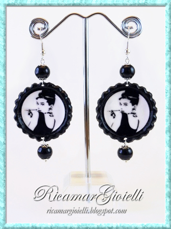 Tappi di bottiglia utilizzati per realizzare orecchini con Audrey Hepburn