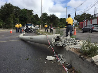 Carro derruba poste e interdita trânsito em avenida de João Pessoa