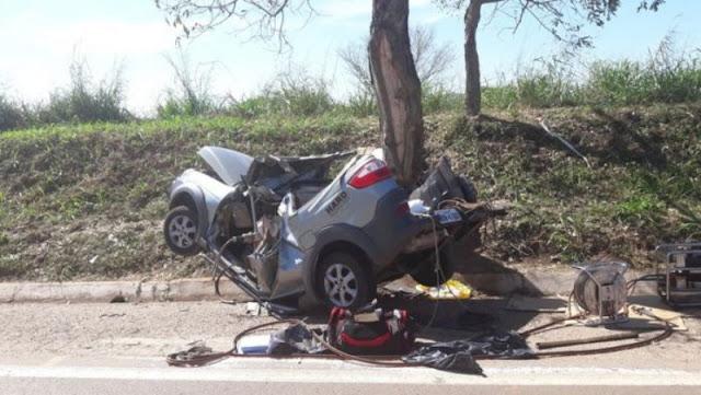 Casal morre após bater o carro em uma árvore na BR 364