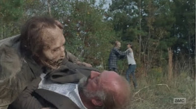 Gregory (Xander Berkeley) e Maggie Greene (Lauren Cohan) alle prese con due walker