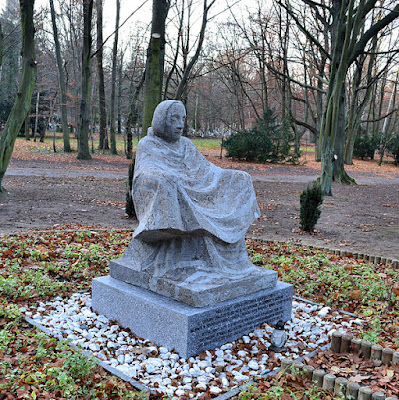 "Sculpture ""Mother Earth"" (copy) at the Central Cemetery in Szczecin, public domain image"