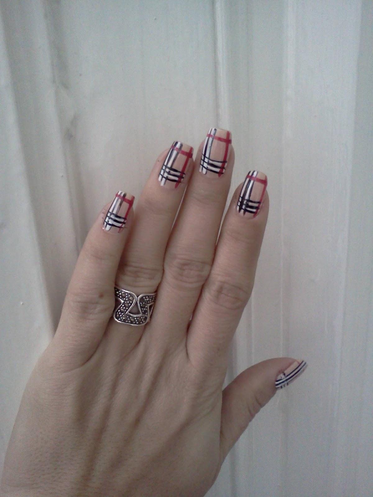 Pictura pe unghii: Burberry style