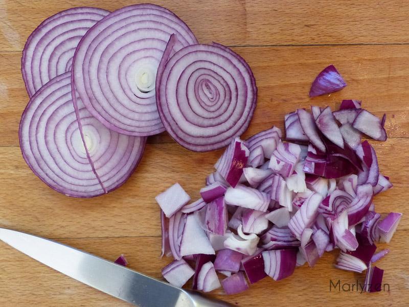 Coupez quelques rondelles d'oignon et hachez le reste.