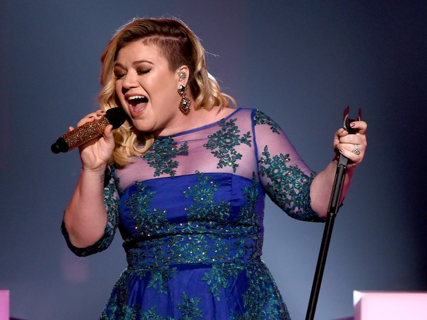 Kelly Clarkson announces second pregnancy during show