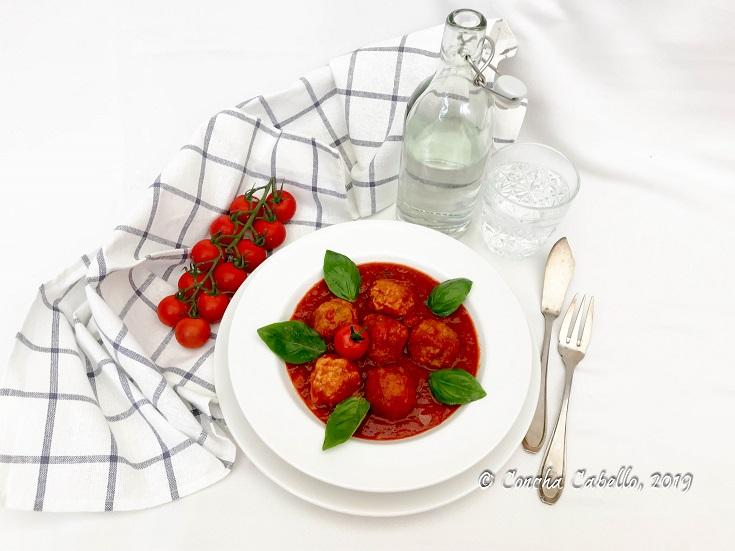 albóndigas-salsa-tomate-mesa