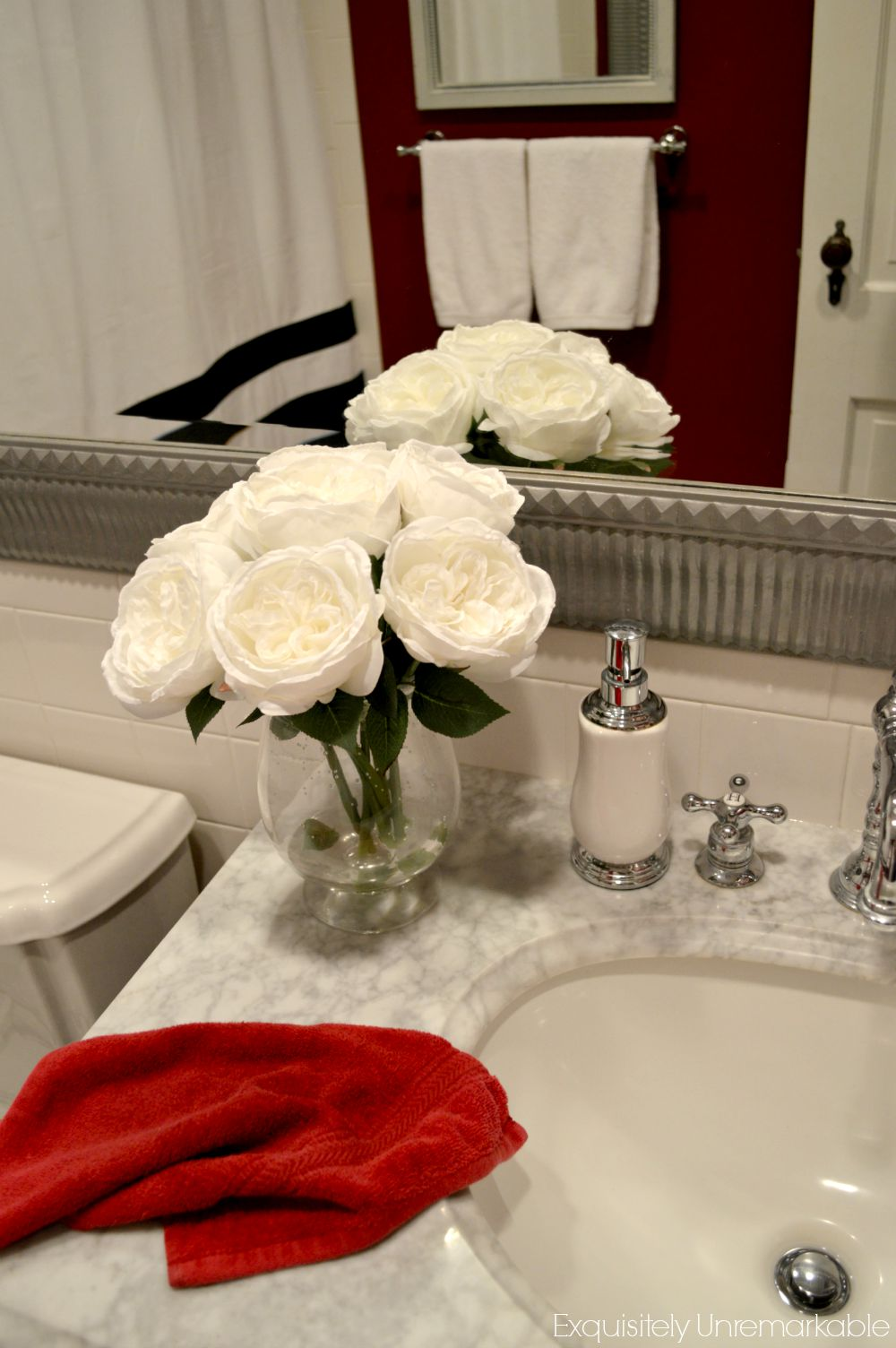 Elegant red bathroom