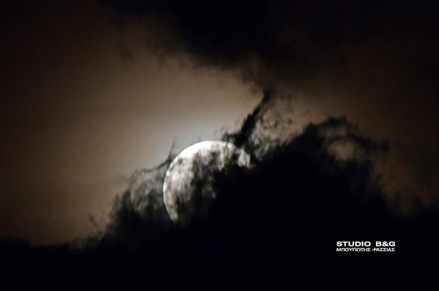 Εντυπωσιακή η «σούπερ πανσέληνος» πάνω από το Ναύπλιο και μέσα από τα σύννεφα (βίντεο)