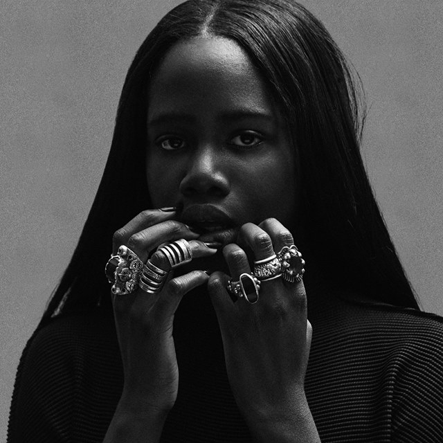 Oyinda contempla o R&B e synths futuristas na inédita 'Never Enough'