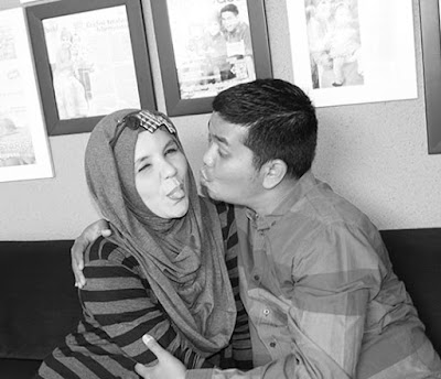 foto suami istri ciuman