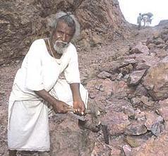 www.fertilmente.com.br - Dashrath Manjhi em frente a sua obra, uma rua escavada de forma solitária em meio a uma montanha de rocha.