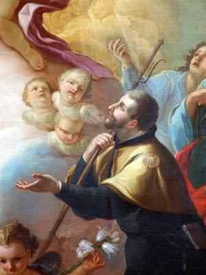 El santo con capa de peregrino mirando al cielo y rodeado de Angeles