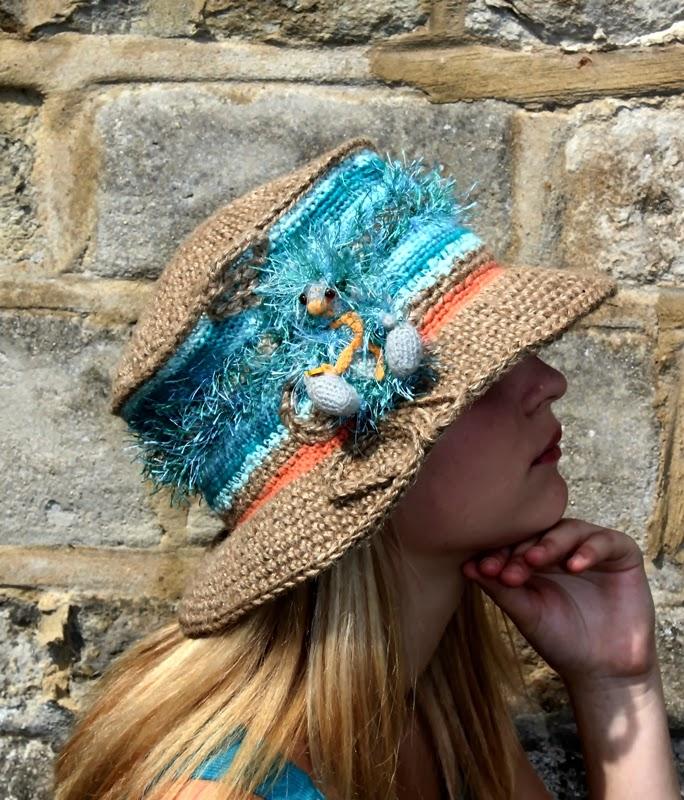 sznurkowy kapelusz zdobiony kolorowymi welnami