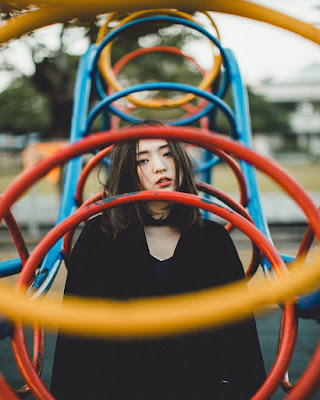 pose tumblr coreana en el parque con outfit juvenil negro
