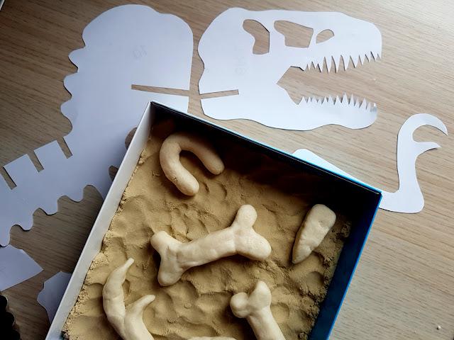 kości dinozaura z masy solnej - domowe wykopaliska - zabawa z dzieckiem - zabawa w paleontologów