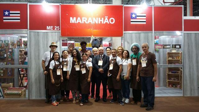 Artesãos maranhenses e o secretário adjunto da Sectur, Hugo Veiga, em frente ao estande do Maranhão
