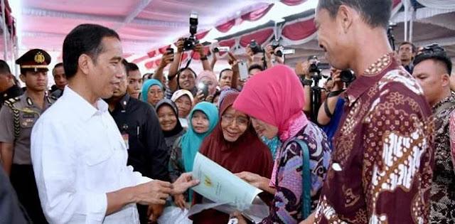 Program Jokowi Bagi-bagi Sertifikat Tanah Bukan Reformasi Agraria!