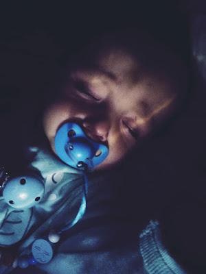 bebé durmiendo con la lámpara