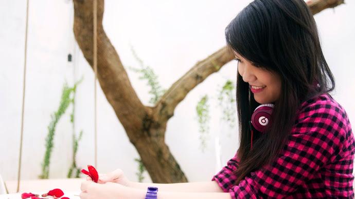 Wallpaper: Brunette Girl with Beats Headphones