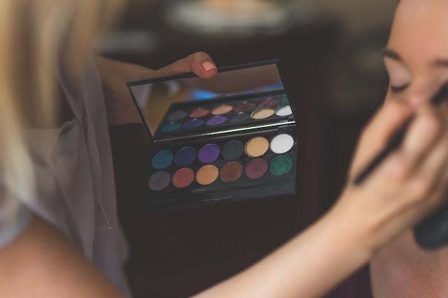 Maquillage : transformer son look de jour pour une soirée