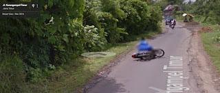 Google Street View Tidak Sengaja Merekam Seorang Ibu-Ibu Jatuh dari Motor