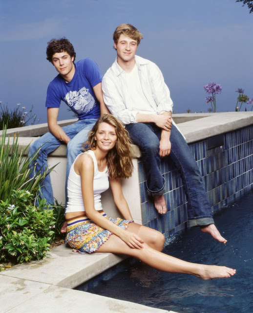 the oc season 1 promotional photo sandy, ryan, seth, marissa pool