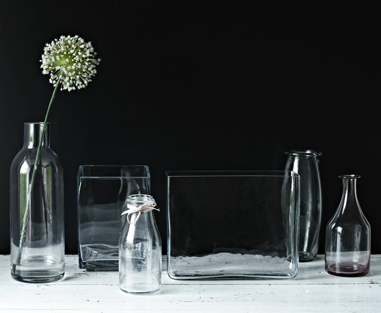 Bunt ist die Welt ... Vasen - Blog & Fotografie by it's me! - Sammlung von Glasvasen auf weißem Shabbytisch