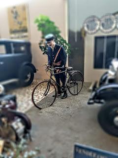 Maniqui vestido de antiguo cartero con bicicleta