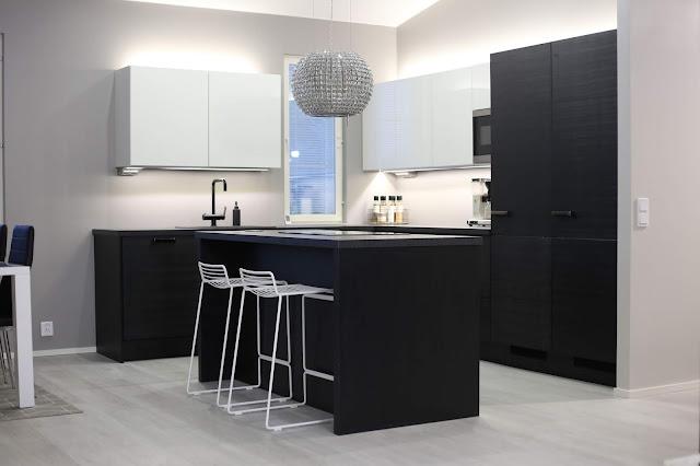 puustelli, mustavalkoinen keittiö, led valaistus, keittiönvalaistus, elica star, hay hee, tapwell, lednauhojen asennus, baarijakkarat, sisustus, moderni keittiö