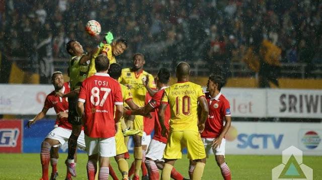 Pemain Sriwijaya FC, Wildansyah, bertarung dengan Penjaga Gawang Persija untuk memperebutkan bola di Stadion Gelora Sriwijaya Jakabaring, Palembang, hari Minggu tanggal 23 Oktober 2016