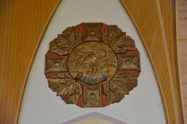 Brasão do evangelista Lucas, na area interna da Catedral de Pedra