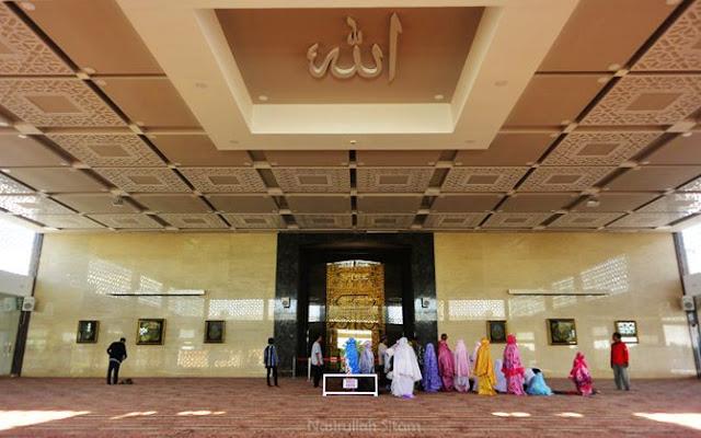 Kiswah masjid terabadikan di antara jamaah yang ingin menunaikan salat berjamaah