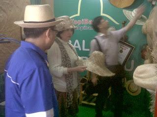 Buyer melihat aneka Topi Anyaman 3d25fa8d5f