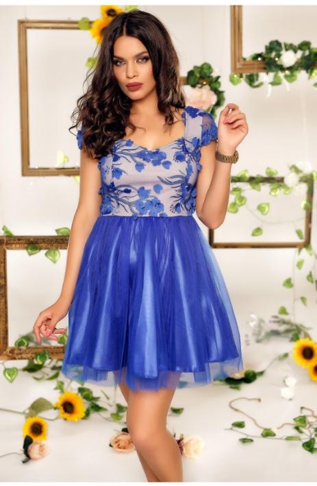 Rochie eleganta de seara, albastra, cu fusta in clos, confectionata din tul, iar in partea de sus cu broderie florala, manecile scurte