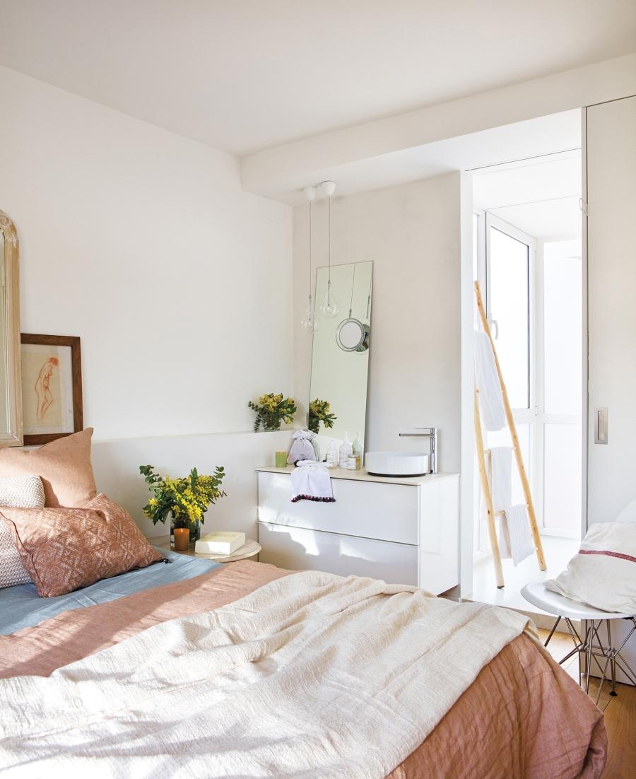 Dwupoziomowe mini mieszkanie - wystrój wnętrz, wnętrza, urządzanie mieszkania, dom, home decor, dekoracje, aranżacje, małe mieszkanie, jasne wnętrza, otwarta przestrzeń, kuchnia, salon, wyspa kuchenna, schody, sypialnia