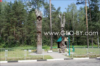 Деревянные статуи на трассе М1, рядом с поворотом на Колосово