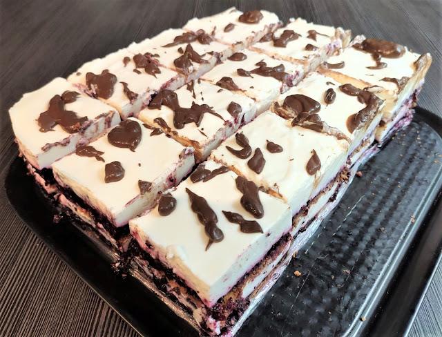 ciasta/desery, ciasto bez pieczenia, śnieżny puch, ciasto na herbatnikach, masa śmietanowa, ciasto z dżemem, ciasto z polewą czekoladową, szybkie ciasto,