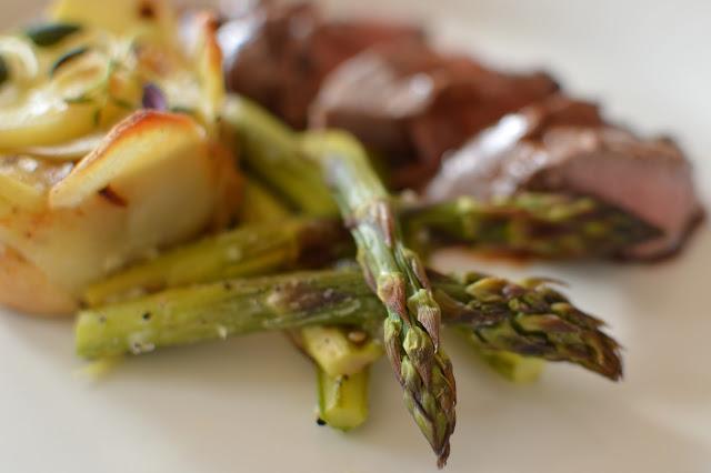 karitsan sisäfile, perunakukkaset, punaviinikastike, paahdettu parsa