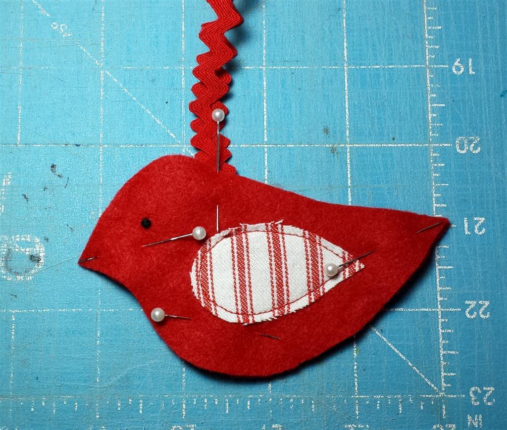Ornamento de feltro de costura, decoração de Natal de pássaro vermelho, tutorial, padrão livre via refabulous