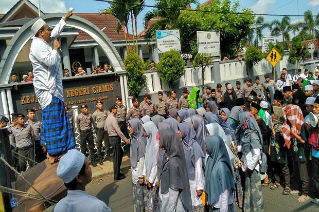 Tuntut Penegakan Hukum Terhadap Penista Agama, Ratusan Santri Longmarch ke Kantor Kejari Ciamis
