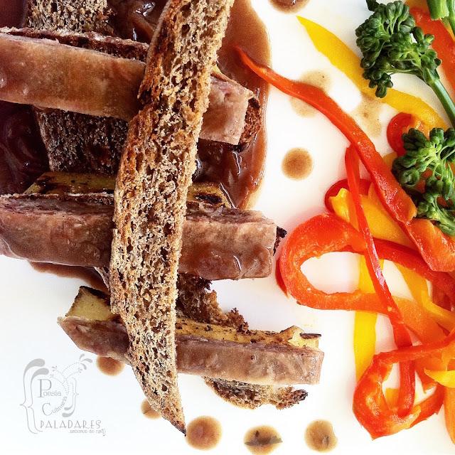 Gelatina de rabo de toro con bastones de batata y crocante de pan de centeno en salsa de cebollas caramelizadas - Poesía Culinaria, Paladares Sabores de Nati