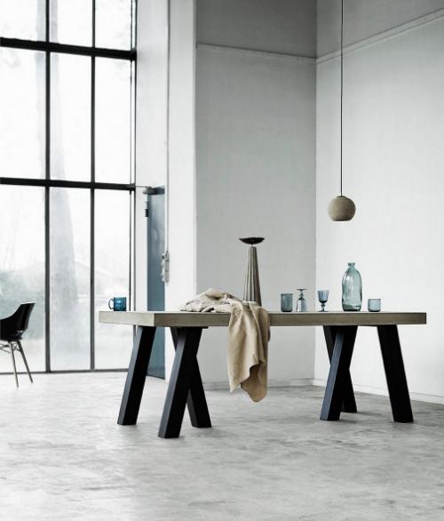 Auf der Suche nach Inspiration gehen zwei Designer an steinigen Stränden spazieren. Zurückkommen sie mit ungewöhnlichen Ideen - wie einem Tisch mit sechs Beinen.