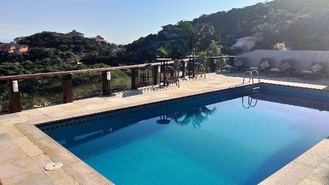 A piscina além tem uma vista maravilhosa