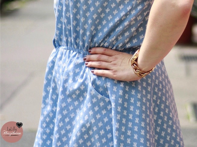 Ein Jeanskleid: Symbol von Gemütlichkeit und Sommer zugleich. Mit dem Schnittmuster Marigold kann man sowohl aus Jenas als auch aus vielen weiteren Webstoffen einfach ein Blusenkleid für Damen selber nähen.