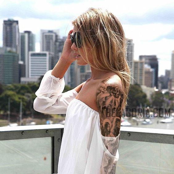 mujer mirando la ciudad de Seattle, lleva tatuaje de un ángel de la guarda en su brazo izquierdo